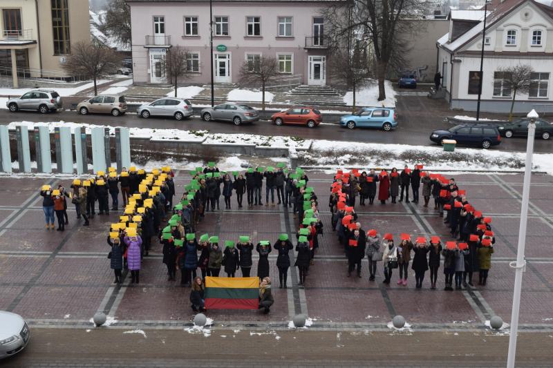 Studentai pasveikino šimtmetį švenčiančią Lietuvą